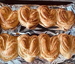 #换着花样吃早餐#不同面包机不用揉手膜就可以做心形椰蓉面包的做法