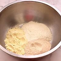 鹌鹑蛋全麦玉米面薄饼的做法图解1