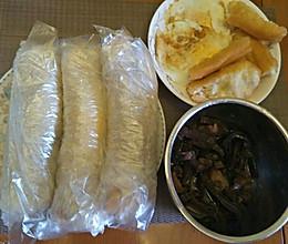 早餐糯米饭卷(蒸糯米,油条,煎蛋和炒的笋干)。的做法