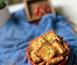 来一份零难度的零食吧~~黄油蒜香面包脆的做法