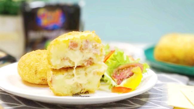 #我们约饭吧#黑椒芝士培根可乐饼的做法
