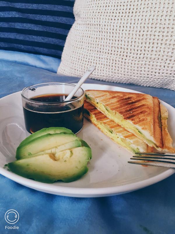 简单早餐快手牛油果鸡蛋三明治机版的做法