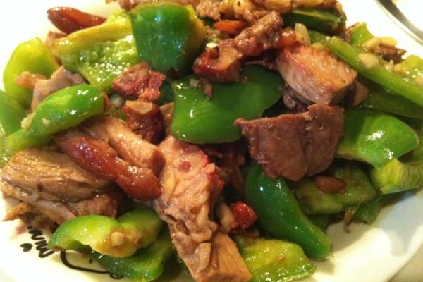 妈妈味快手小炒-肘子肉炒青椒的做法