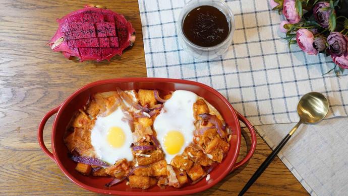 精致早餐:培根番茄烤蛋配黑咖啡