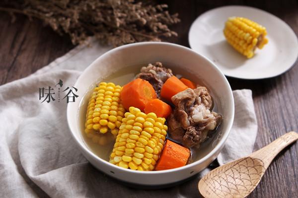胡萝卜玉米筒骨汤的做法
