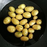#做道懒人菜,轻松享假期#酱烧土豆仔的做法图解1