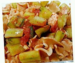 减脂瘦身餐——番茄黄瓜鸡胸意面的做法