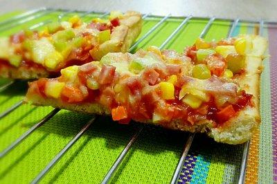 火腿丁蔬菜馅披萨