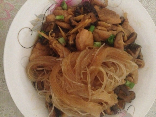 香菇炒鸡(铺粉丝)的做法