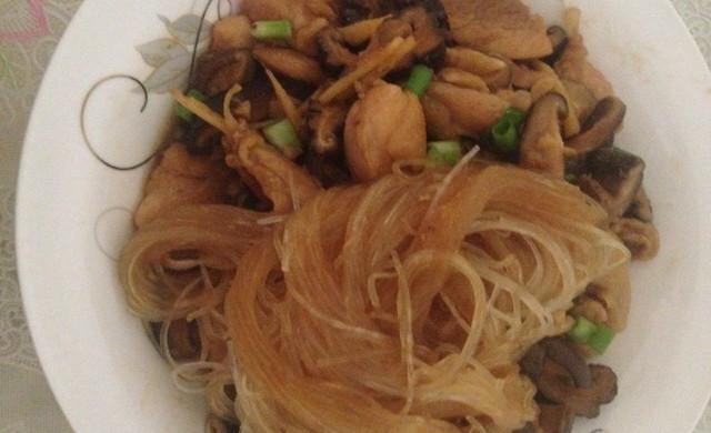 香菇炒鸡(铺粉丝)