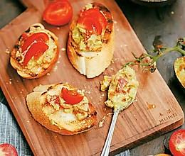 法棍佐西红柿牛油果酱的做法