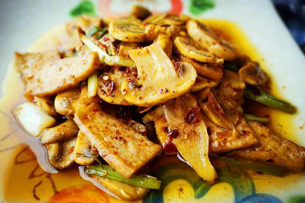 口蘑油豆腐的做法