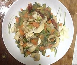 素炒三丁(黄瓜,胡萝卜,香菇丁)的做法