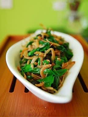 韭菜拌小鱼的做法