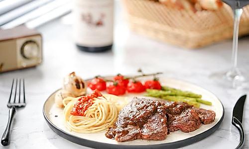 日食记 | 黑椒牛排× 番茄肉酱意面的做法