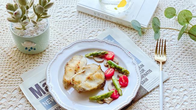 #全电厨王料理挑战赛热力开战!#香煎鳕鱼 越吃越瘦的轻食餐的做法