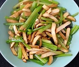 降血压之芹菜炒香干 小微辣的做法