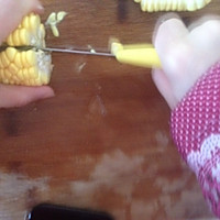 小窍门:快速剥玉米粒的做法图解5