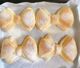 蝴蝶结面包(原味)的做法