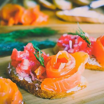 献给初夏午后的一道清爽小食~烟熏三文鱼脆面包