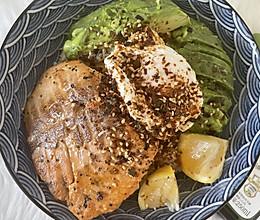 夏威夷风三文鱼牛油果盖饭+一颗温泉蛋的做法