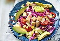 烤鸡胸肉粒牛油果彩蔬沙拉的做法
