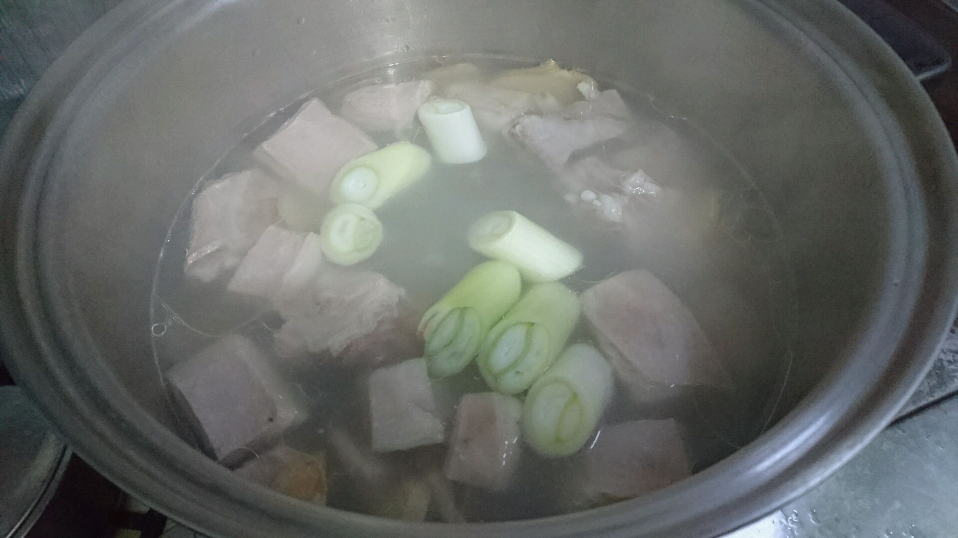 图解 羊排/8. 沸腾了10分钟后,转小火炖10分钟的羊排汤