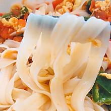 简易、好看、好吃还健康少脂的《西红柿鸡蛋青椒拌面》