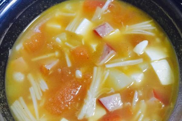 番茄金针菇豆腐火腿乱炖煲的做法