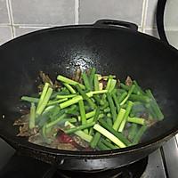 #新春美味菜肴#蒜苔炒腊肥肠的做法图解6