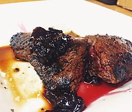 关于如何做鹿肉这件事:红酒煎鹿肉佐黑醋栗酱的做法