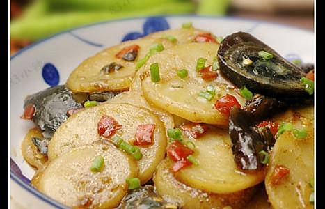 剁椒皮蛋烧土豆的做法