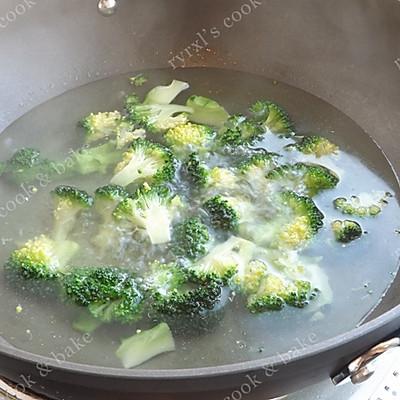 橄露Gallo经典特级初榨橄榄油试用之四——西兰花蘑菇烩虾仁的做法 步骤6