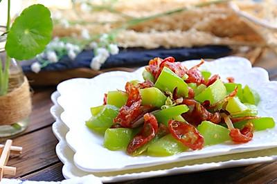 快手菜 • 莴笋炒广式香肠 •