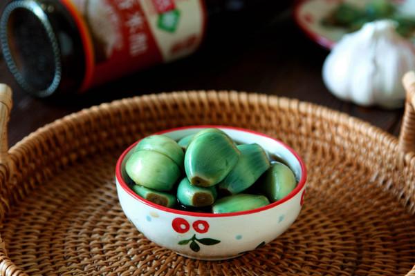 只用醋和蒜,一天就吃上又脆又绿的腊八蒜的做法