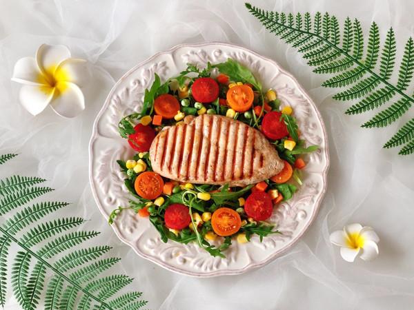 烤鸡胸肉蔬菜沙拉的做法