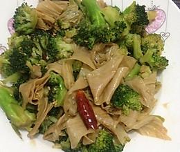 家常素菜--油豆皮炒西兰花的做法
