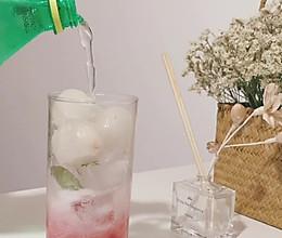 超简单的夏日饮品~西瓜荔枝气泡水~颜值巨高的做法