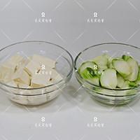 虾皮丝瓜豆腐汤的做法图解1