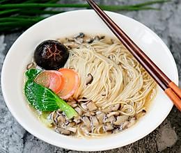 菌汤面条 看得见的香菇 尝得到的鲜美 这才是真正的菌汤的做法