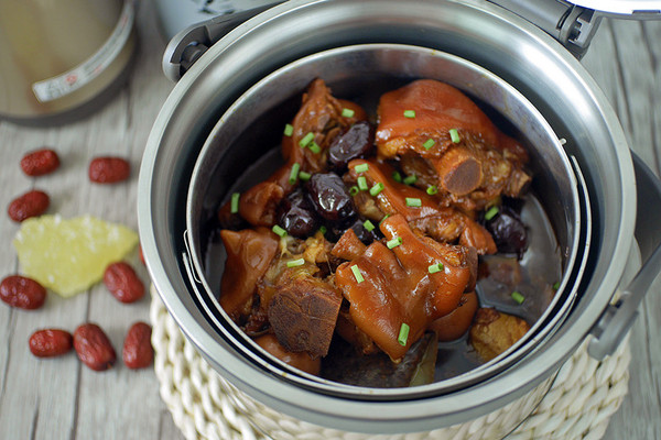 红枣焖猪蹄的做法