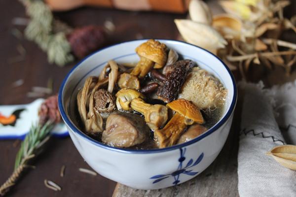 羊肚菌姬松茸杂菌汤的做法