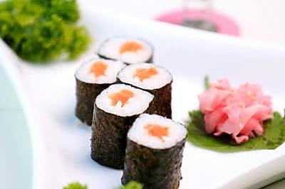 三文鱼寿司卷配日本酸姜
