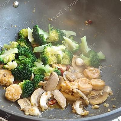 橄露Gallo经典特级初榨橄榄油试用之四——西兰花蘑菇烩虾仁的做法 步骤10
