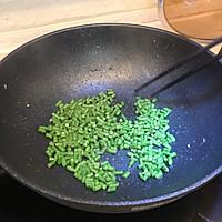 剩饭不用倒,巧手做夏日海鲜菠萝炒饭的做法图解5