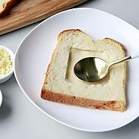 快手美味早餐:鸡蛋芝士烤土司的做法图解2