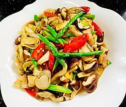 芦笋炒三菇的做法