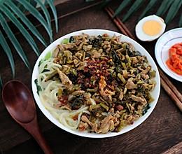 #憋在家里吃什么# 快手雪菜肉丝拉面,超方便的做法