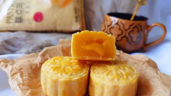 #爱好组-低筋复赛#中秋节网红月饼~奶黄流心月饼的做法