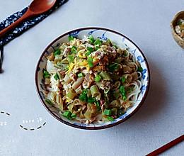生葱蛋豆熟肉面的做法